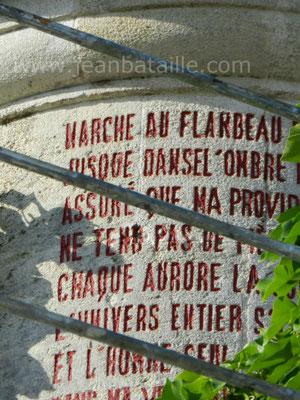 Peinture de lettres gravées sur haut de la tourelle en pierre