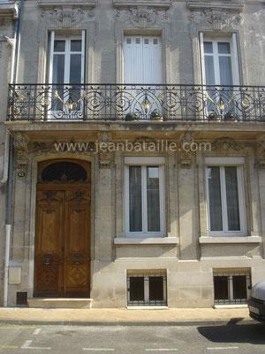 Balcon extérieur : peinture noire acier et or