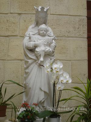 Statue  en plâtre de la Vierge et l'enfant, peinture et pâtine