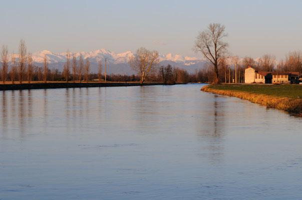 Cascina sul canale Muzza