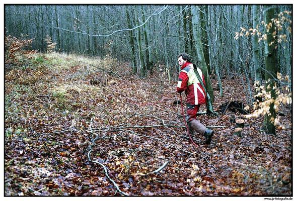 Nach der Jagd gilt es, möglichst zeitnah die Nachsuche auf angeschossenes Wild zu beginnen. Die einbrechende Dämmerung ist der größte Feind des Hundeführers. Start ist immer am Ort des Anschusses.