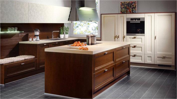 """Cuisine en """"L"""" avec îlot central - La chaleur de la teinte bois est renforcée par le coloris vanille."""