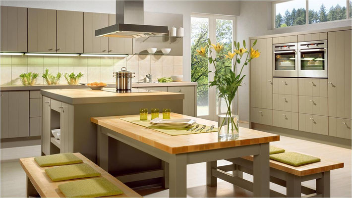 Façades striées - Tables et bancs dans la même finition que la cuisine.