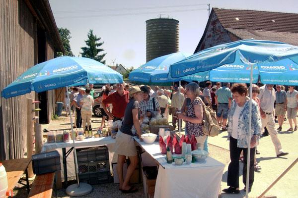 Festtagsstimmung bei der Besichtigung des Bio-Landhofes von Thomas Steeb in Wennenden