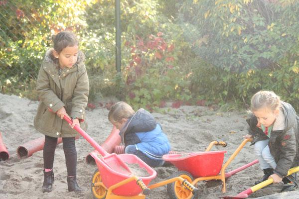 In de tuin buiten spelen bij Klein Kamerik