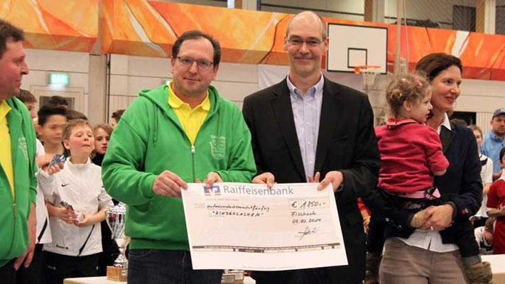 SpVgg Langenneufnach e.V.. Spende aus dem Erlös des Sommerfest-Sportwochenendes 2014