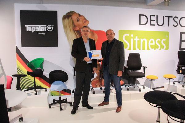"""Auch 2019 zeigte Firma SABA ein """"Herz für Kinder"""": Thomas Peilet (Vertriebsingenieur SABA, links) überreichte Rudolf Beckert (Betriebsleiter TOPSTAR GmbH) einen Scheck in Höhe von 999 Euro."""