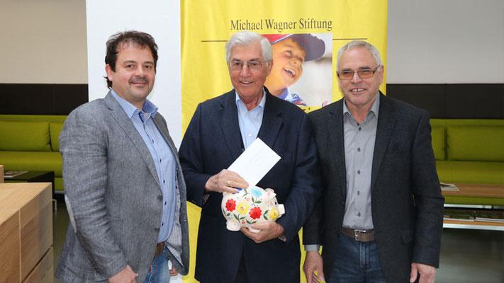 Peter Gasteiger (l.) überreichte für Bauelemente Kusterer GmbH einen Scheck von 700 € an Michael Wagner