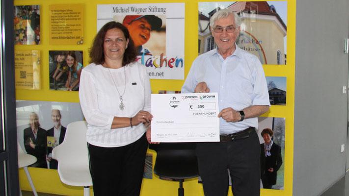 proWIN Stiftung Illingen, Ingrid Hafer (Teamleitung proWIN) erkämpfte sich bei einem Charity-Wettbewerb der Firma proWIN einen Spendenscheck
