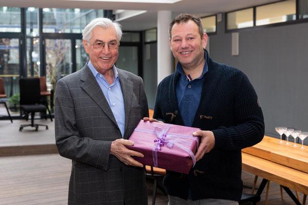 Energietechnik Schönmetz GmbH aus Schwabmünchen überreicht ein Geschenkpaket von 2.000 € (Michael Wagner und Herr Tobias Schönmetz)