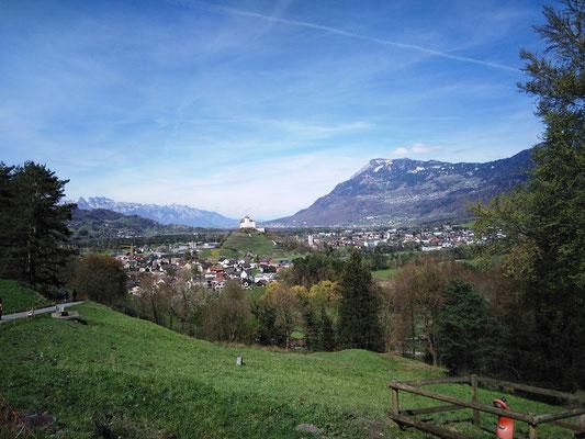 Ziel Schloss Balzers in Sicht, wo die kleinere Gruppe hinstrebt