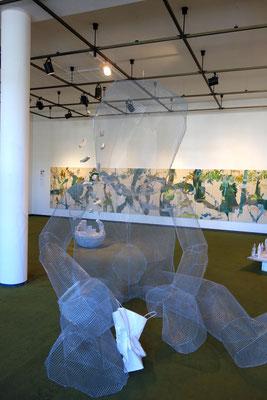 Skulptur: Sabine Gabor im Hintergrund Malerei: Kerstin Degen