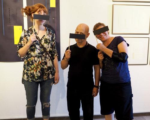 Anne Kleinhans, Beni Cohen-Or und Sabine Gabor vor einer Arbeit von Beni Cohen-Or mit Pornobalken von Christian Zsagar