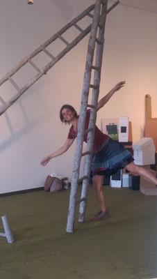 Adelheid Mosele hinter ihrer Installation