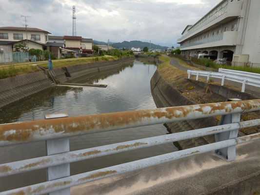 田井橋から。上流にJR予讃線の橋、右側に特別養護老人ホーム安寿荘。