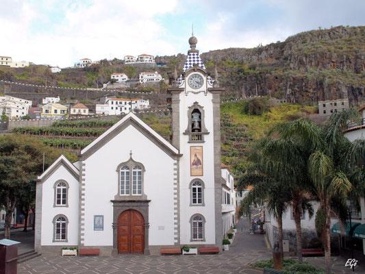 Die Kirche von Ribeira Brava, mit ihren blauen und weißen Fliesen auf dem Turm