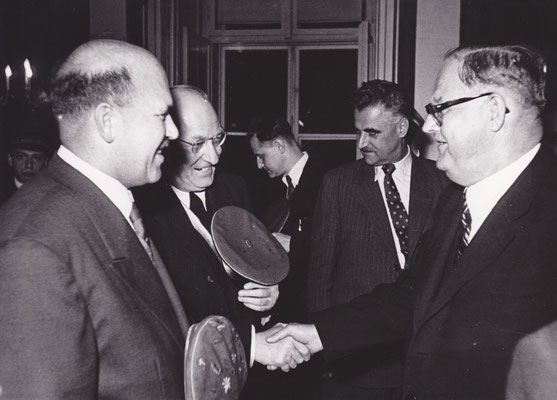 Begrüßung durch den Bundeskanzler Dr. Raab, links Bbr. Alexis Waldhütter v. Ingo