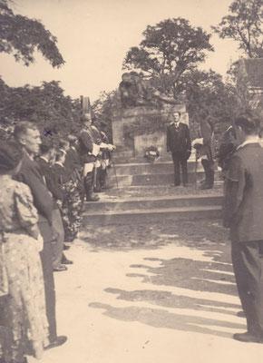 10. Stiftungsfest, Babenberg GänserndorfAnsprache Dr. Leo Riedl v. Iwo beim Kriegerdenkmal, Chargierter Willi Nowak v. Gregor, Sommer 1932