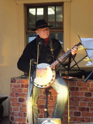 Bei Anfrage spiele ich auch mal ein Ständchen auf meinem Banjo. Ich spiele Bluegrass.