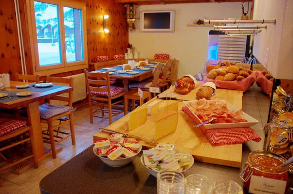 Ein reichhaltiges Frühstücksbuffet mit lokalen Produkten