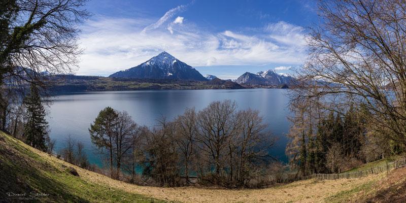 Auf dem Pilgerweg von Merligen in Richtung Interlaken über dem Thunersee
