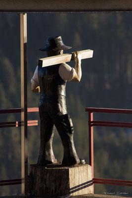 The Worker, Holzskulptur in Guggisberg    -S1-