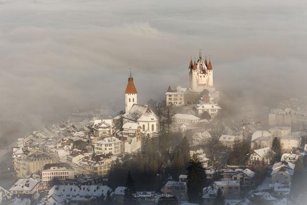 Schloss Thun bei Nebel  -L46-