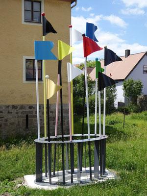 Fähnchen im Wind, ca. 600x300x150cm, Stahl/Farbe, 2017