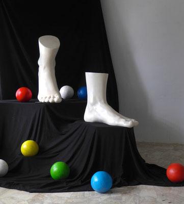 hinabsteigen, Maße variabel (Füße ca. 80x60x35cm), Steinguss, 2017