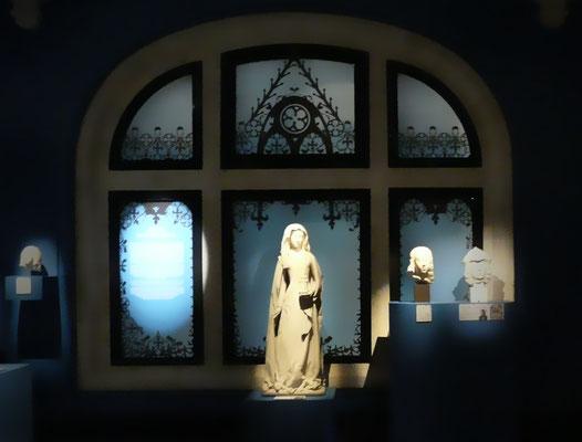 Vue des décors ayant pour but de présenter les textes de salle tout en occultant les grandes baies vitrées.
