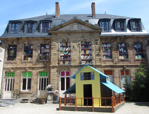 façade du mij, au 1er plan, la maison de Poule Rousse