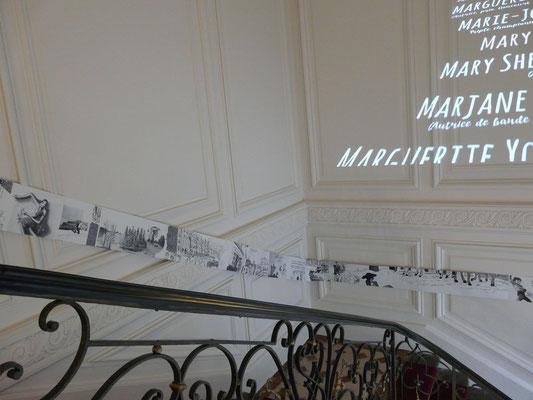 """Une vue de la bande """"dessinée"""" s'étirant dans la montée d'escalier"""