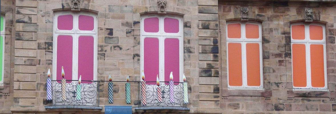 ensemble de bougie conçu pour la façade du musée