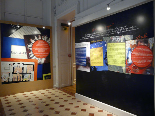"""Vue d'ensemble du palier de l'exposition """"Imagi(n)er"""" avec panneau introductif"""