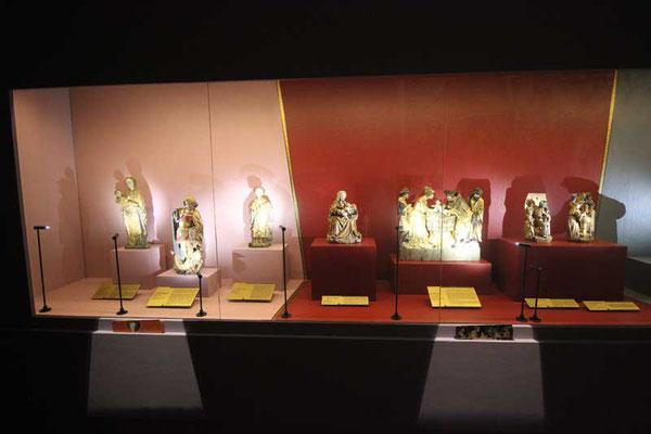 vitrine avec cartel doré