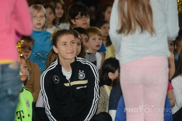 Schulbesuch von den Nationalspielerinnen Svenja Huth und Bianca Schmidt in München © Karsten Lauer