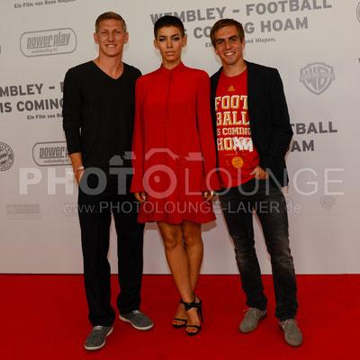 """Bastian Schweinsteiger, Alina Süggeler und Philipp Lahm bei der Filmpremiere von """"Wembley - Football Is Coming Home"""""""