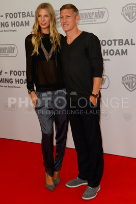 """Bastian Schweinsteiger mit Freundin Sarah Brandner bei der Filmpremiere von """"Wembley - Football Is Coming Home"""""""