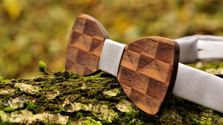 Holzfliege aus Walnussholz graved grey