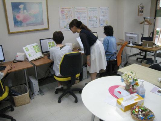 優しい先生が何度でも笑顔でパソコン操作をサポート