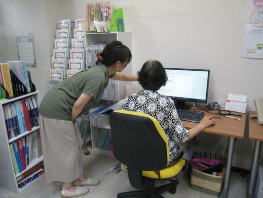 80代の生徒さんも楽しみながらパソコンを学ばれています