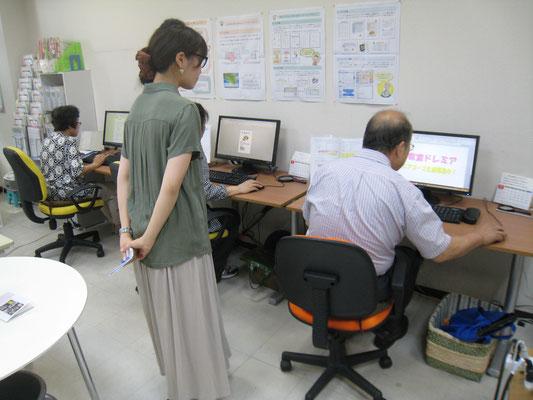 高齢の生徒さんのインタ―ネットをサポート