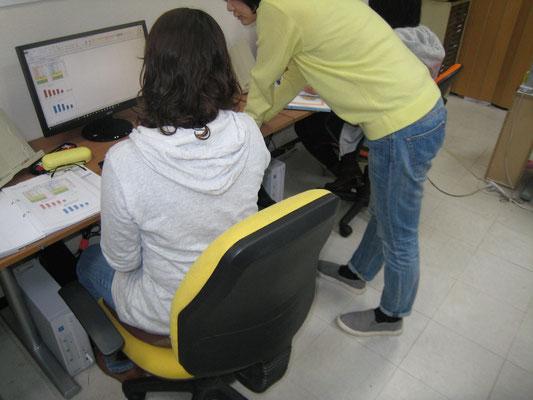生徒さんと講師が一緒にパソコンを楽しんでいます