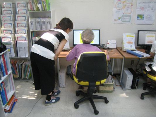 80代の生徒さんと講師がパソコン教室で楽しくおしゃべり