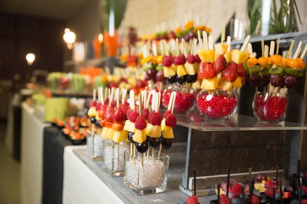 Buffet de crudités et brochettes de fruits