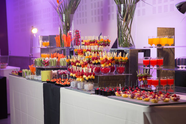 Jus de fruits, brochettes de fruits, crudités