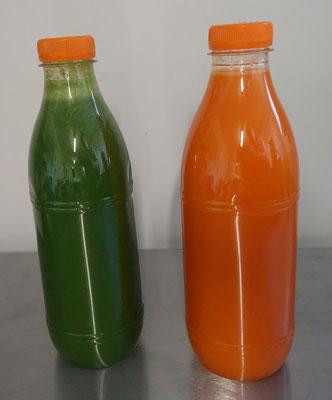 A gauche jus chou kale-raisins-citron et à droite jus carottes-oranges-piment doux