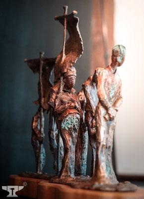 """pattinierte Bronzefigur """"Die Prozession"""""""