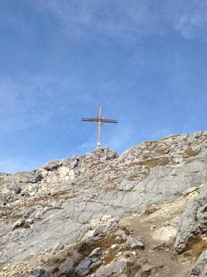Kurz unterhalb vom Gipfelkreuz nur noch felsiges Gelände, für uns kein Problem