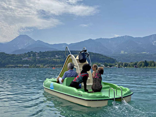 Mit dem Tretboot über den See.........